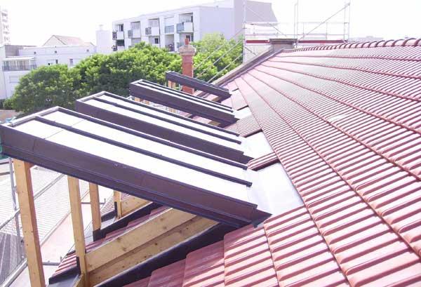 Un toit terminé avec une lucarne