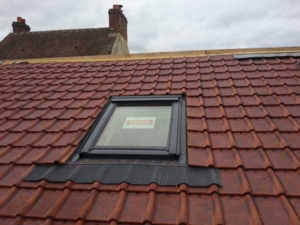 Une fenêtre de toit Velux posée sur un toit