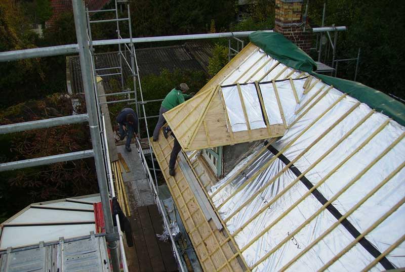Un toit en pleine réfection dans le Val d'Oise
